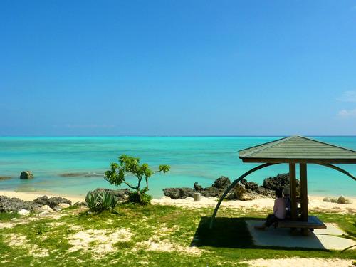 与論島のビーチは絶景ベンチが標準装備!まったり座ってオーシャンビュー